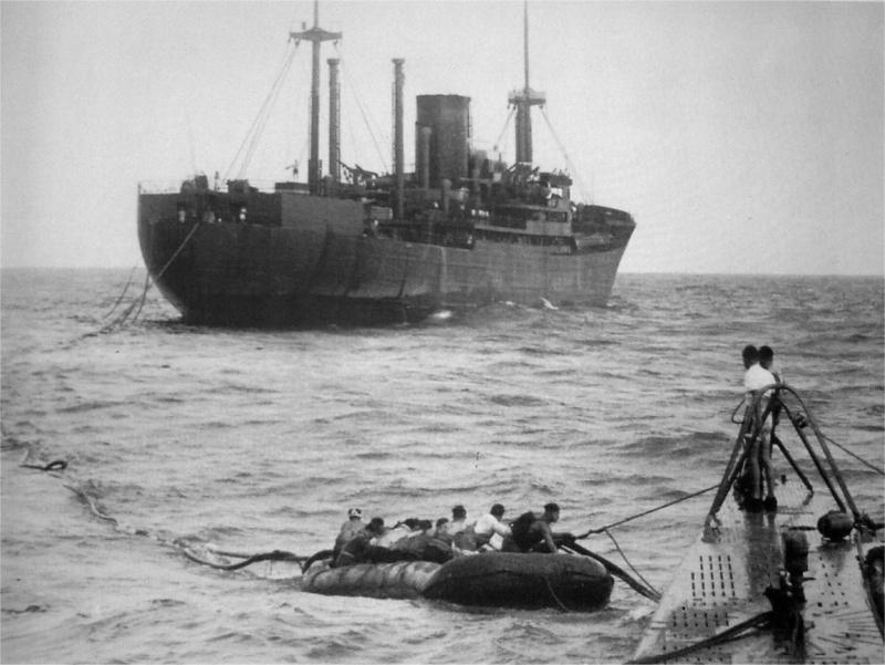 Немецкий вспомогательный крейсер «Kormoran» заправляет топливом подлодку. 1942 г.