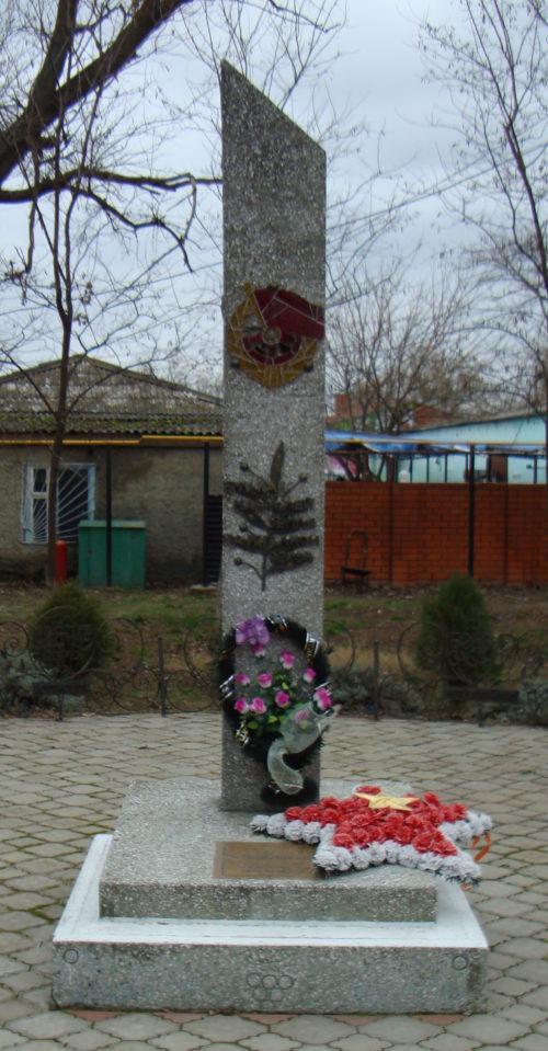 п. Сенной Темрюкского р-на. Памятник на могиле Н.Х. Чернявского, старшины, погибшего в бою с фашистскими захватчиками.