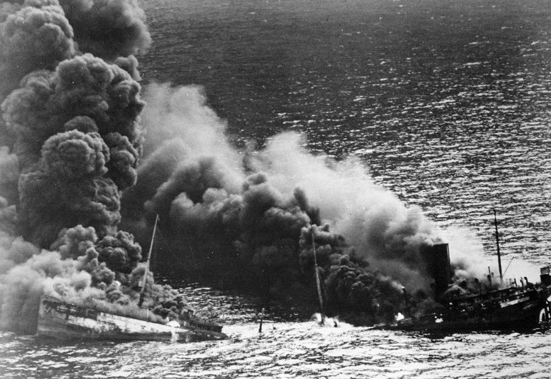 Американский танкер «Dixie Arrow», торпедированный немецкой подлодкой «U-71». Март 1942 г.