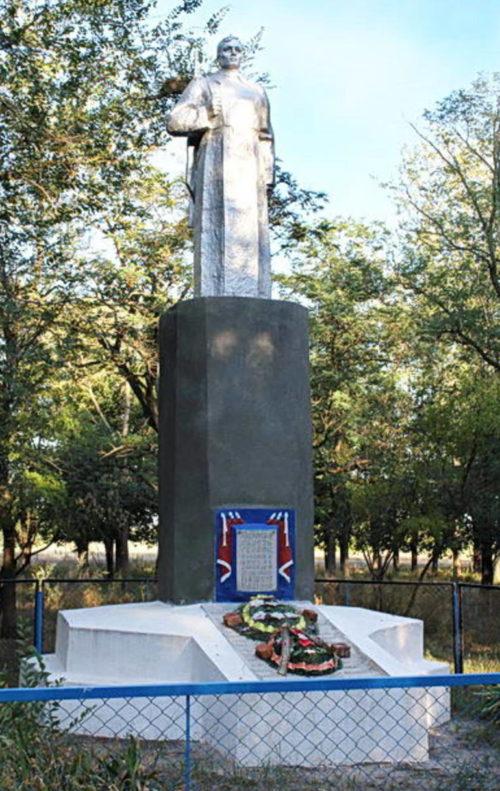 х. Майкопский Зимовниковского р-на. Памятник, установленный на братской могиле, в которой похоронено 24 советских воина.