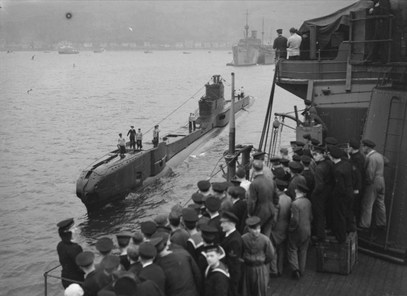 Возвращение британской подлодки «Trident» из похода на базу в заливе Холи-Лох. Март 1942 г.