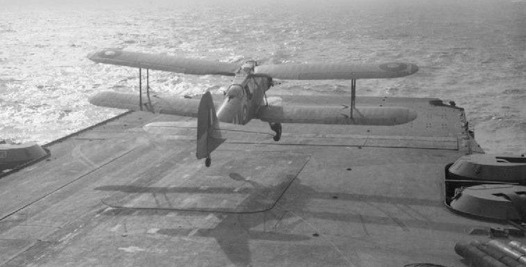 Торпедоносец «Fairey Albacore» взлетает с авианосца «Victorious». Март 1942 г.