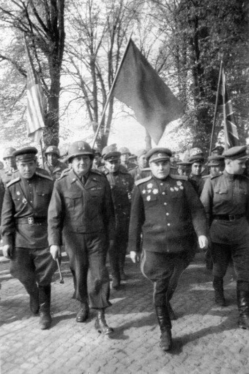Командир 58-й стрелковой дивизии генерал-майор В.В. Русаков и командир 69-й пехотной дивизии 1-й американской армии Эмиль Райнхард. 25 апреля 1945 г.