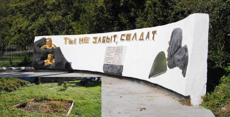 с. Цыпка Туапсинского р-на. Памятник, установленный на братской могиле, в которой похоронено 40 советских воинов.