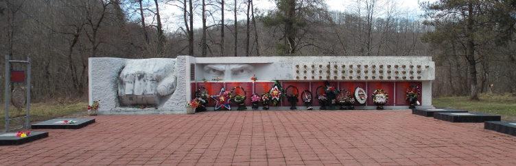 с. Шаумян Туапсинского р-на. Мемориальный комплекс «Пядь земли», установленный в честь воинов-защитников Шаумянского перевала.