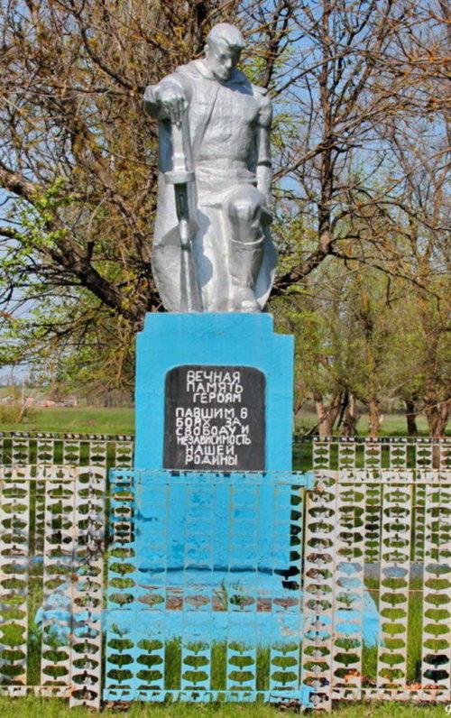х. Нововеселый Зимовниковского р-на. Братская могила, в которой захоронен 71 воин, погибший в годы войны.