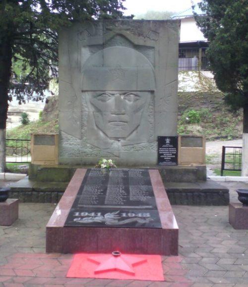 п. Шепси Туапсинского р-на. Памятник у здания СОШ № 20, установленный на братской могиле советских воинов, погибших в боях с фашистскими захватчиками.