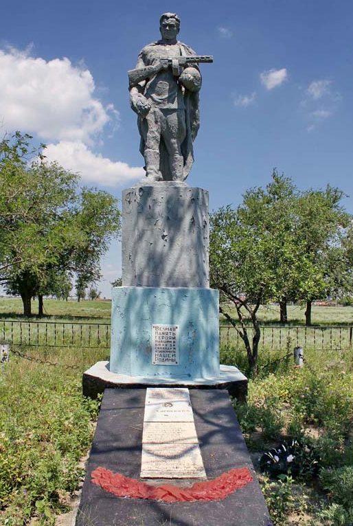 х. Новолодин Зимовниковского р-на. Памятник, установленный на братской могиле, в которой похоронено 128 советских воинов, погибших в боях января 1943 года.