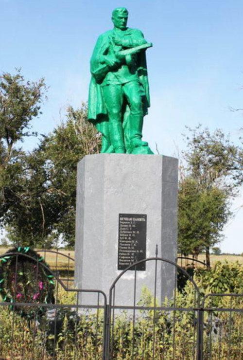 х. Новорубашкин Зимовниковского р-на. Братская могила советских воинов, погибших при освобождении хутора в январе 1943 года.