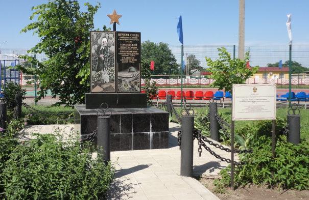 с. Коноково Успенского р-на. Памятник на территории МОУ СОШ №4, установленный на братской могиле, в которой похоронено 3 советских воина.