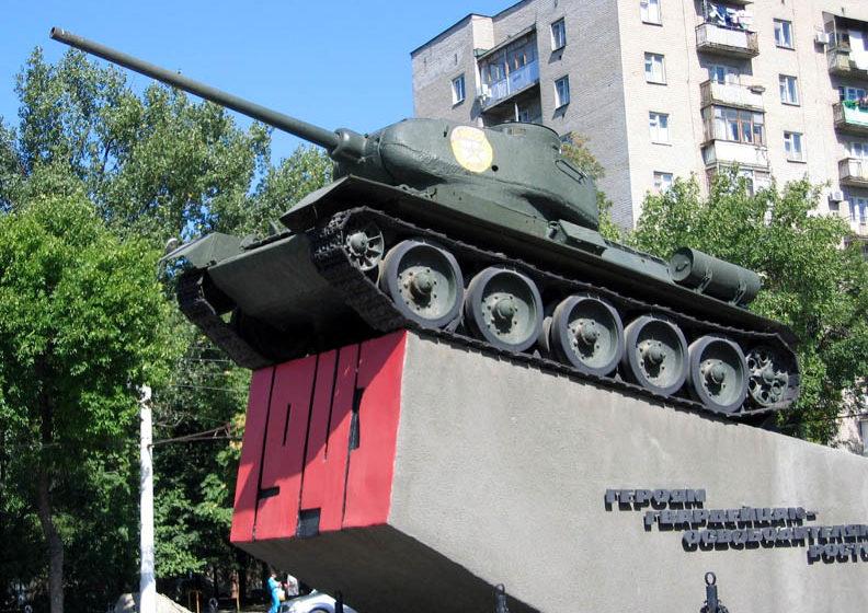 г. Ростов-на-Дону. Памятник-танк Т-34 воинам-освободителям, установленный на Гвардейской площади.