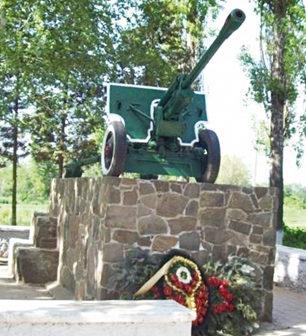 п. Красный Колос Аксайского р-на. Памятник «Пушка» в честь погибших курсантов артиллерийского училища.