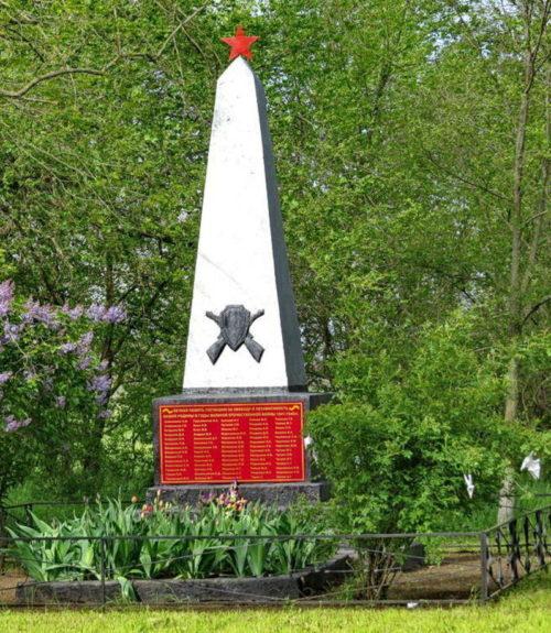 х. Петровский Зимовниковского р-на. Памятник, установленный на братской могиле советских воинов, погибших при освобождении хутора в январе 1943 года.