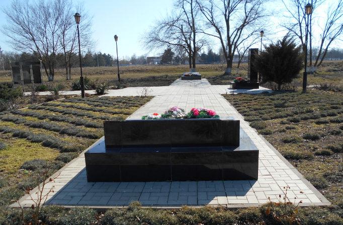 п. Таманский Темрюкского р-на. Братская могила, в которой похоронен 41 советский воин.