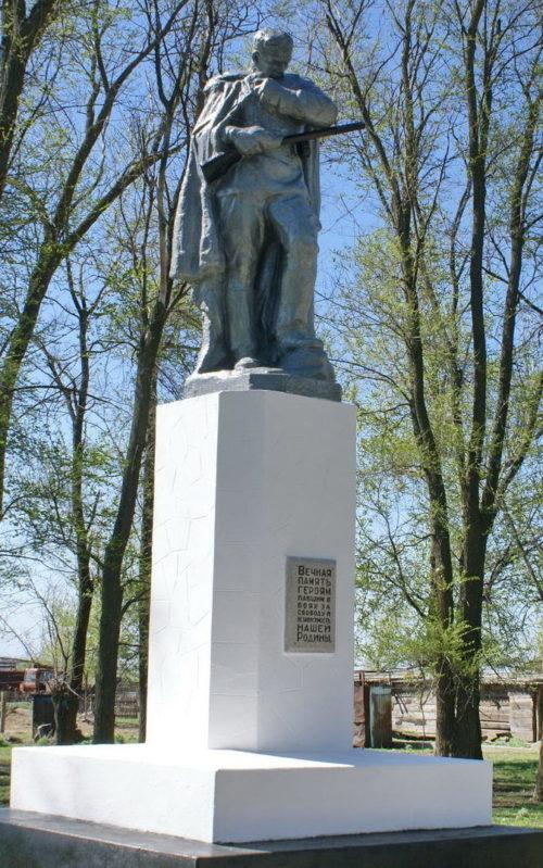 х. Петухов Зимовниковского р-на. Братская могила, в которой похоронено 40 советских воинов.