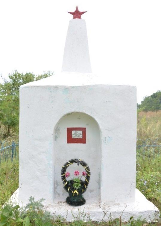 х. Серединский Успенского р-на. Братская могила советских воинов, погибших в боях с фашистскими захватчиками.