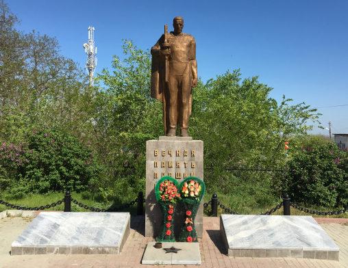 ст-ца. Мишкинская Аксайского р-на. Памятник по улице Просвещения 2в, установленный в 1982 году на братской могиле советских воинов, погибших в годы войны.