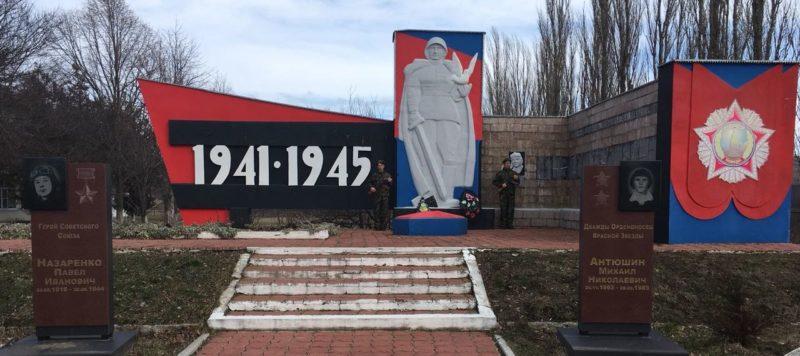 с. Трехсельское Успенского р-на. Памятник советским воинам.