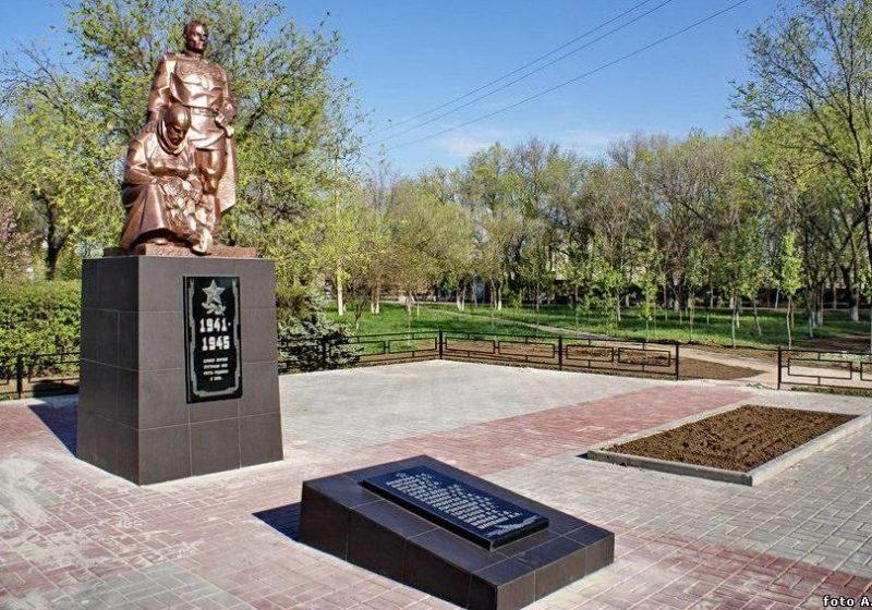 г. Волгодонск с. Старо-Соленое. Памятник, установленный в 2010 году на братской могиле советских воинов. Скульптор Е.Е. Дердиященко.