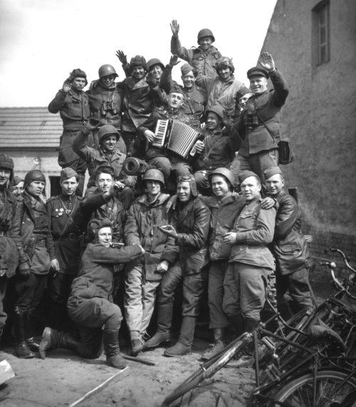 Совместное фотографирование на память. 25 апреля 1945 г.
