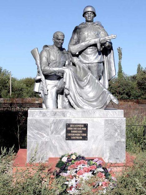 ст-ца. Большовская Волгодонского р-на. Памятник, установленный на братской могиле, в которой похоронено 7 советских воинов.