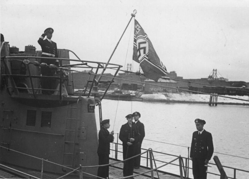 Подъем флага на немецкой подводной лодке «U-182». Июнь 1942 г.