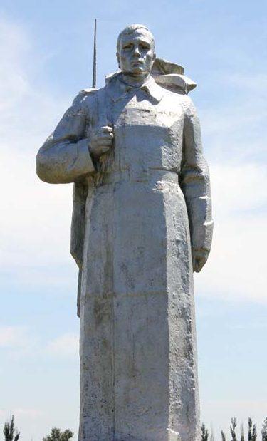 Скульптура воина на захоронении.