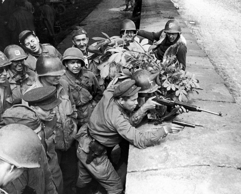 Соревнование в стрельбе между союзниками. 25 апреля 1945 г.