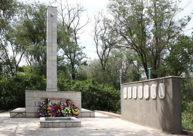 х. Хуторской Зимовниковского р-на. Мемориал павшим воинам-землякам.