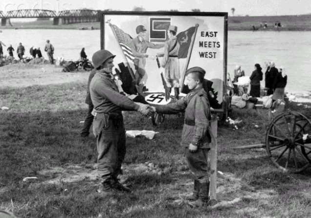 Памятное место для фотографирования. 25 апреля 1945 г.