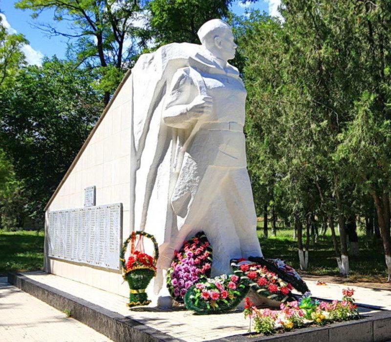 Памятник с памятной стелой.