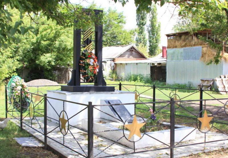 п. Кагальничек. Памятник, установленный на братской могиле, в которой похоронено 117 советских воинов, в т.ч. 103 неизвестных, погибших при освобождении хутора 2 февраля 1943 года.
