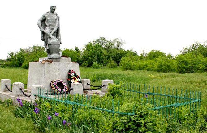 х. Арпачин Багаевского р-на. Братская могила советских воинов.