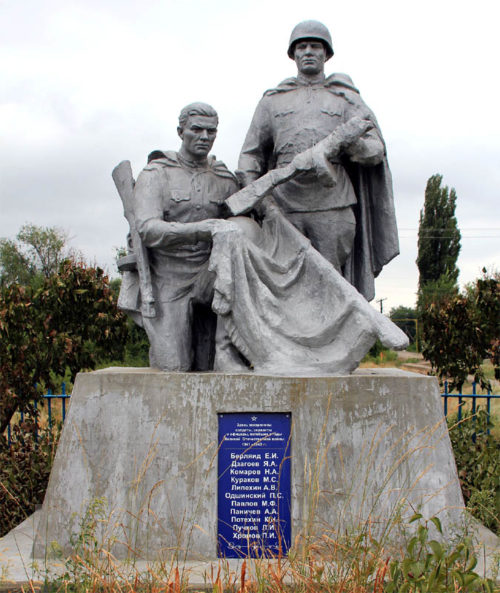 х. Потапов Волгодонского р-на. Памятник, установленный в 1959 году на месте перезахоронения погибших воинов.