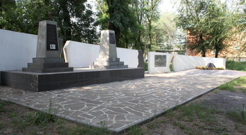 ст-ца. Багаевская. Памятники по улице Степана Разина, установленные у трех братских могилах, в которых захоронено 146 советских воинов, в т.ч. 141 неизвестный.