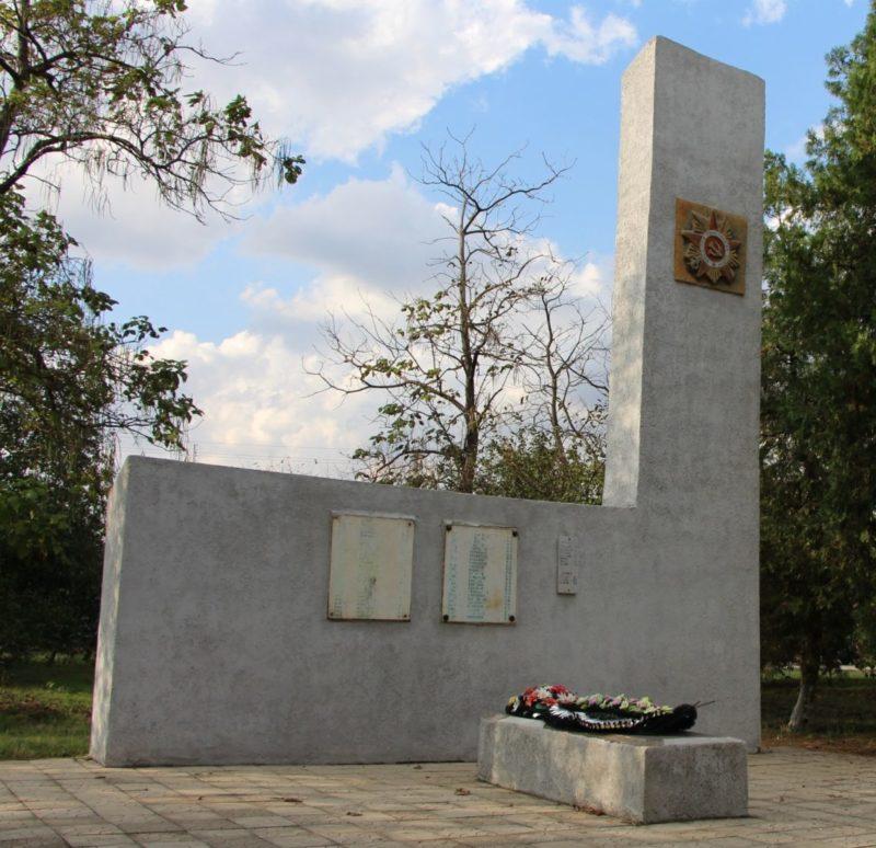 ст-ца. Ладожская Усть-Лабинского р-на. Памятник, установленный на братской могиле, в которой похоронено 97 советских воинов, погибших в боях с фашистскими захватчиками.