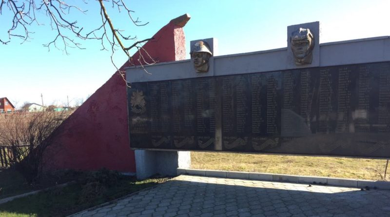 ст-ца. Фонталовская Темрюкского р-на. Памятник по улице Ленина 9/2, установленный на братской могиле, в которой похоронено 699 советских воинов.