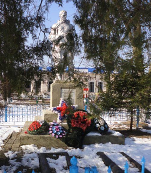 ст-ца. Некрасовская Усть-Лабинского р-на. Памятник у школы, установленный на братской могиле советских воинов.