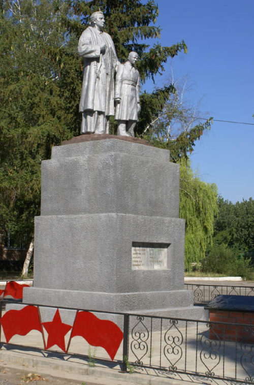 ст-ца. Романовская Волгодонского р-на. Памятник в школьном дворе, установленный в 1962 году на братской могиле, в которой перезахоронено 228 участников Романовского подполья.