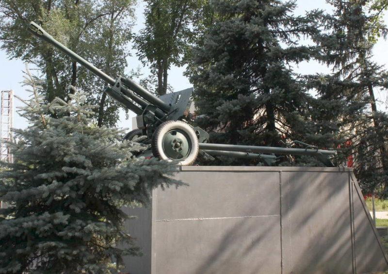 Памятник-орудие на мемориале.