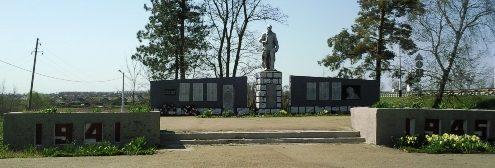 х. Лютых Тимашевского р-на. Памятник по улице Октябрьской 1г, установленный на братской могиле, в которой похоронено 12 советских воинов.