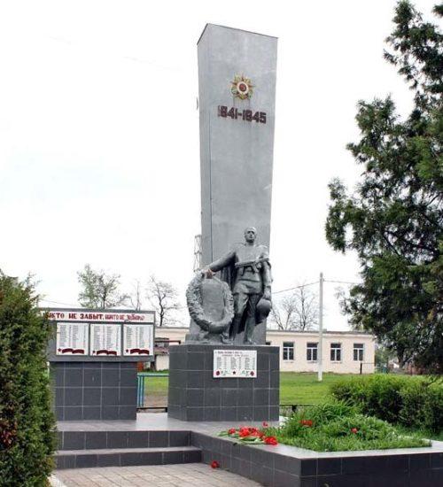 х. Елкин Багаевского р-на. Мемориал, установленный на братской могиле, в которой похоронено 119 советских воинов, погибших в боях за хутор в годы войны.