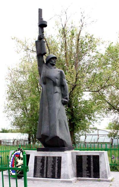 х. Карповка Багаевского р-на. Памятник, установленный в 1956 году на братской могиле, в которой захоронено 23 человека, погибших и умерших от ран в январе 1943 года.