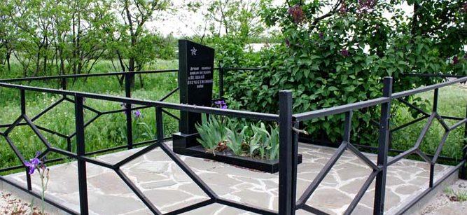 х. Краснодонск Багаевского р-на. Братская могила 8 советских воинов по Малому переулку.