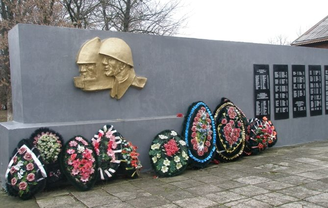х. Ленинский Тимашевского р-на. Памятник, установленный на братской могиле, в которой похоронено 65 советских воинов.