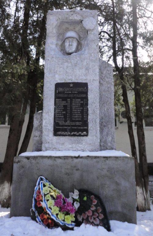 ст-ца. Тенгинская Усть-Лабинского р-на. Памятный знак у школы в честь учителей, погибших в годы войны.