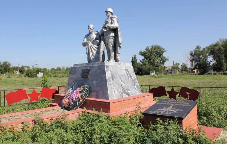 х. Рябичев Волгодонского р-на. Памятник, установленный на братской могиле воинов и мемориальная доска односельчанам.