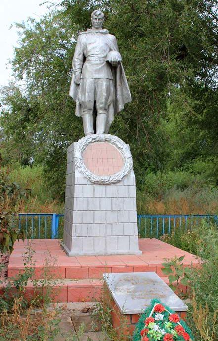 х. Семенкин Волгодонского р-на. Памятник, установленный на братской могиле советских воинов.