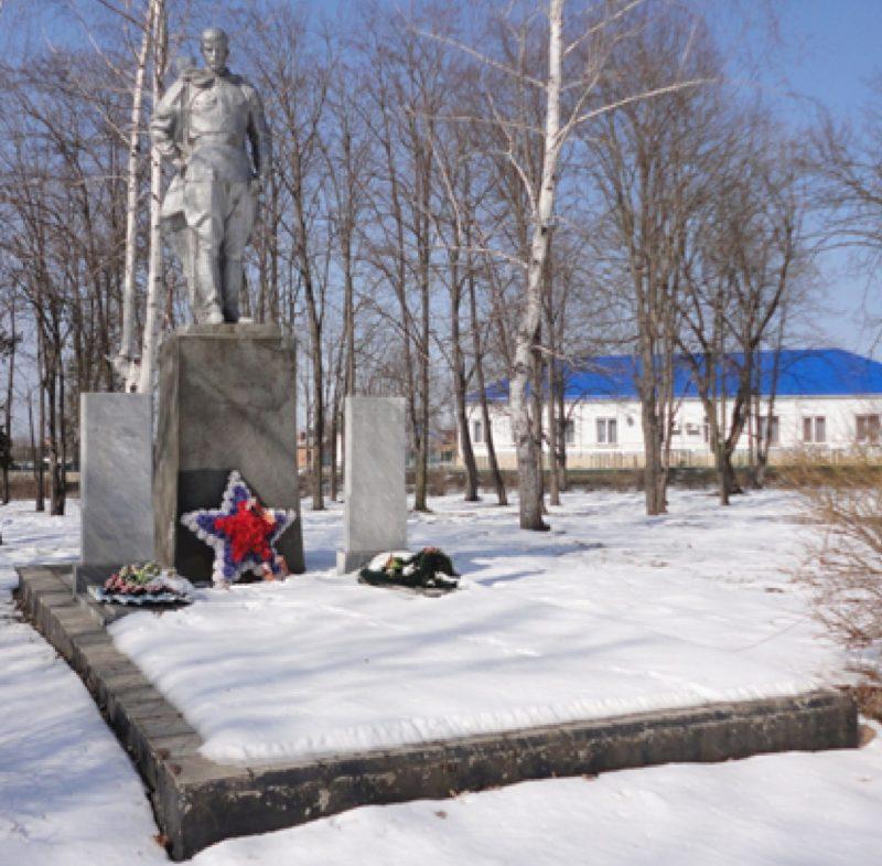 ст-ца. Тенгинская Усть-Лабинского р-на. Памятник у Дома культуры, установленный на братской могиле советских воинов, погибших в боях с фашистскими захватчиками.
