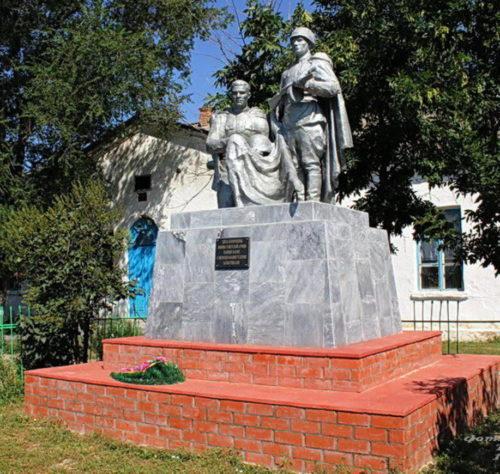 х. Холодный Волгодонского р-на. Памятник, установленный на братской могиле советских воинов.